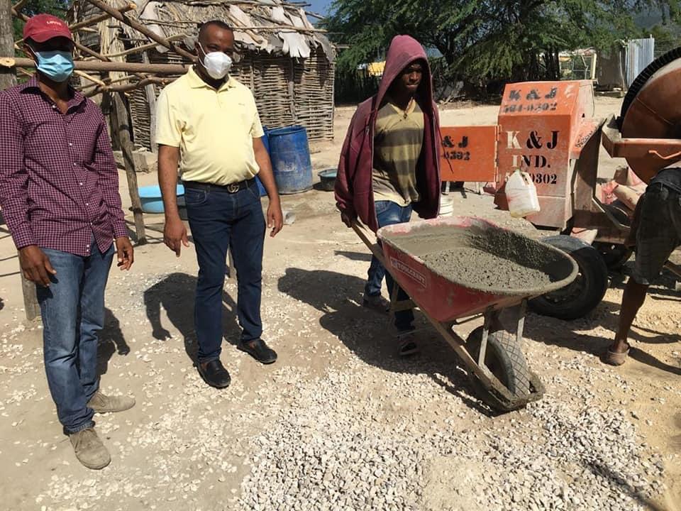MIVHED en opertativo cambio de piso de tierra por cemento en galván